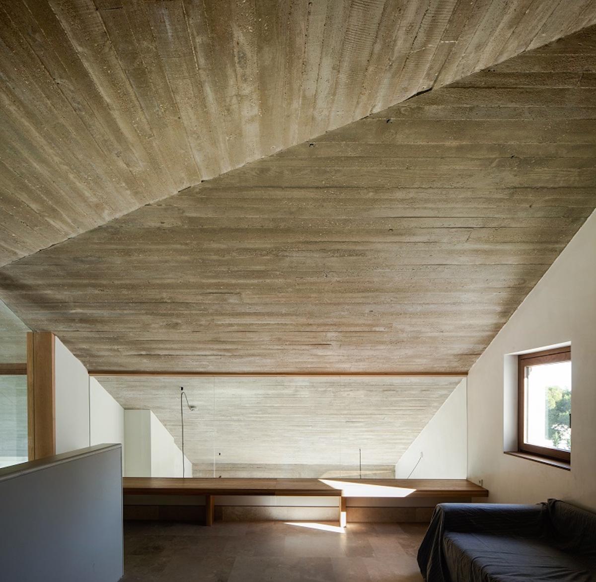 Stropy odhalují konstrukční beton