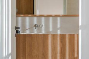 Koupelna se zrcadlem a košíkem