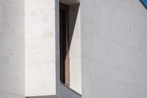 Bílá fasáda a okno