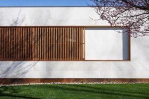 Fasáda domu s drevěným detailem