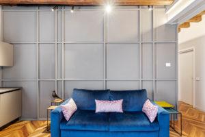 Modrá pohovka v obýváku