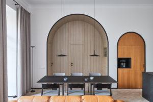 Výklenky s dveřmi a úložným prostorem