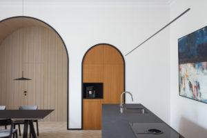 Kuchyň bez skřínek s obrazem
