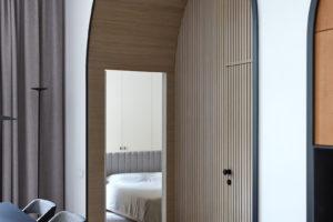 Vchod do ložnice za dveřmi