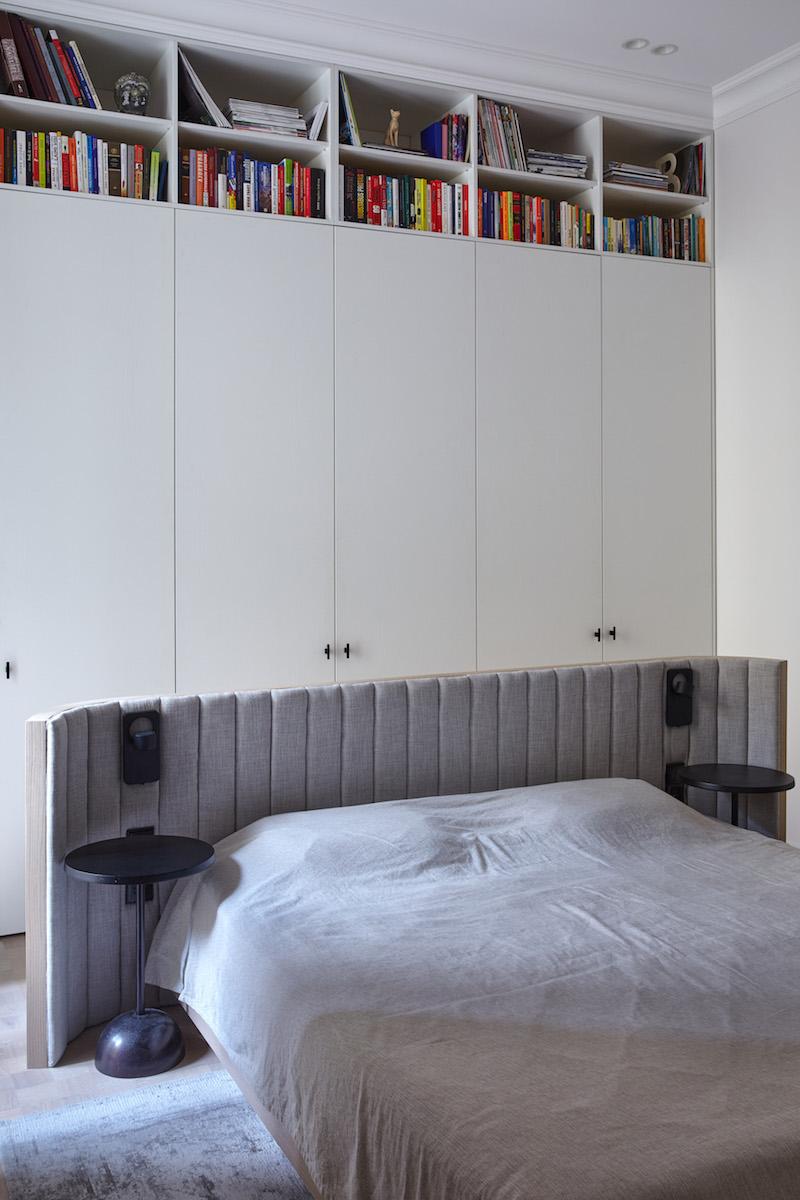 Velká vstavaná skříň a postel