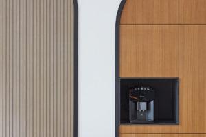 Skřínky ve výklenku a kávovar