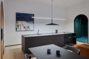 Kuchyň s černým ostrůvkem