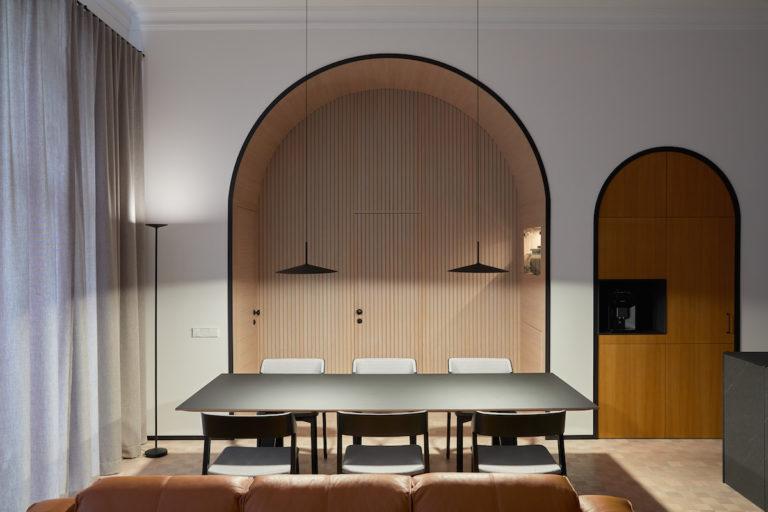 Úplně jiný byt: Dominantní oblouky a luxus i navzdory malé ploše