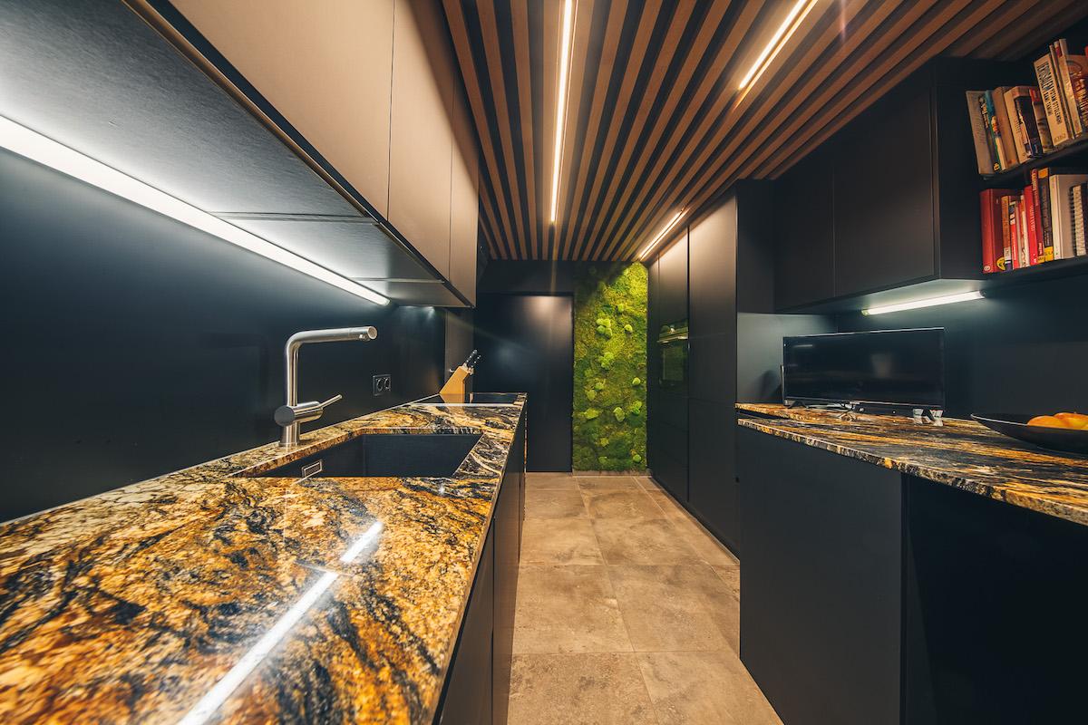 Kombinace černé sčerno-zlatou mramorovou pracovní deskou v kuchyni