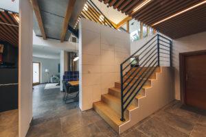 Bílá mozaika a schody