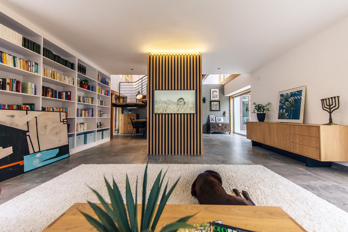 Neobvyklý dům potřebuje neobvyklý interiér. Unikátní úložné prostory a nezvyklá hra světel