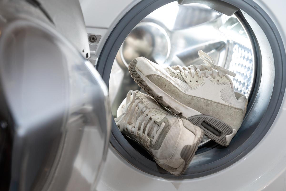 Jak správně vyprat tenisky, aby se nepoškodily?