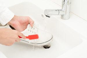 Ruční čištění špinavých tenisek