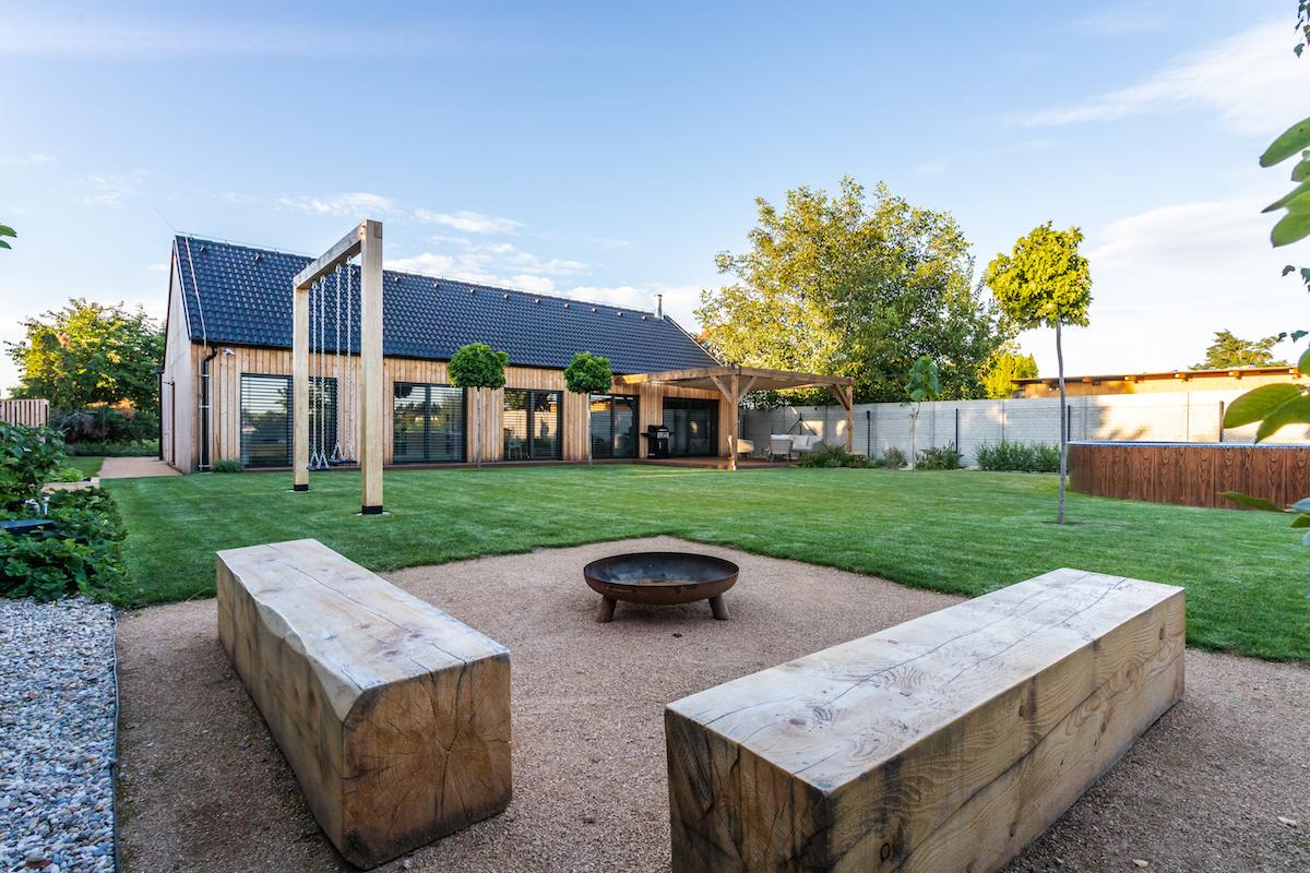 Pohodlná dřevostavba pro rodinu? Typový dům si upravili kmaximální spokojenosti