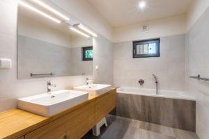 Koupelna imitace dřeva a mramoru