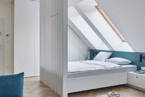 Lamelový paraván na hraně postele