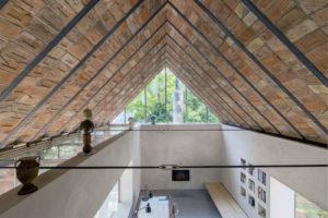 Otevřený obytný prostor s cihlovou střechou