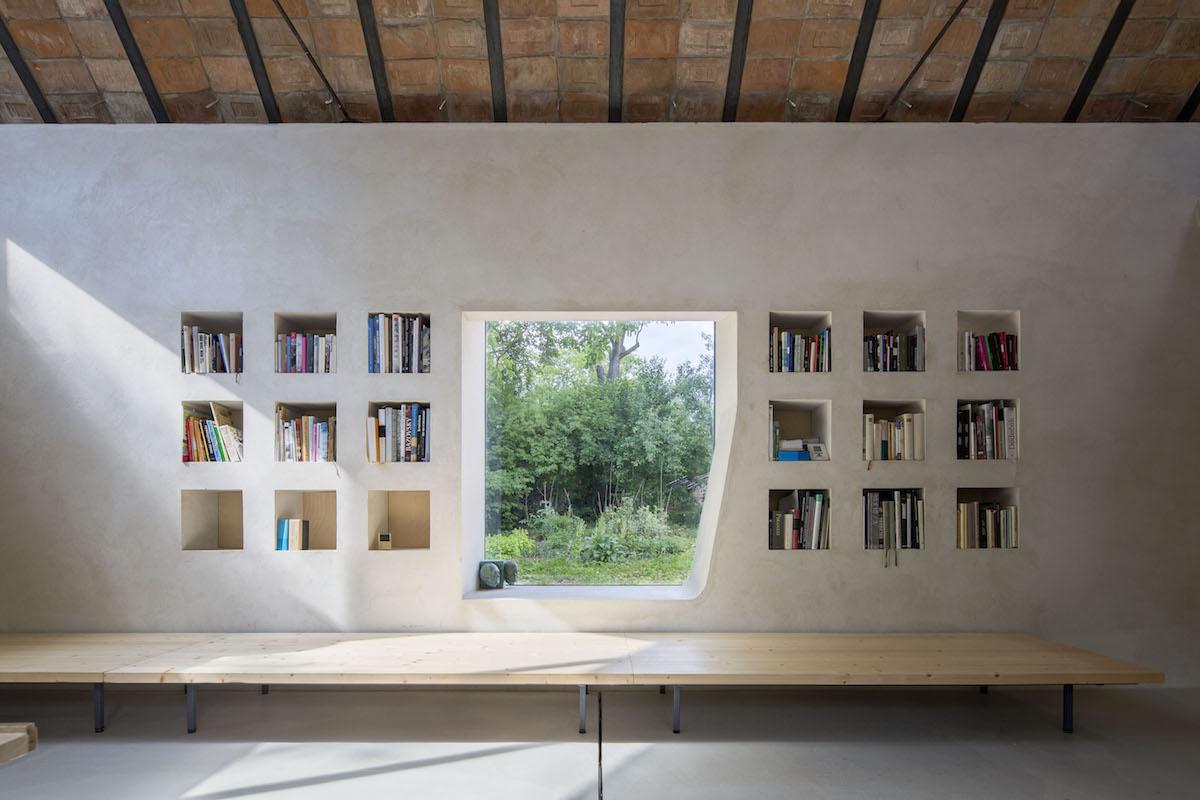 Zděná knihovna a okno jako sedací nika