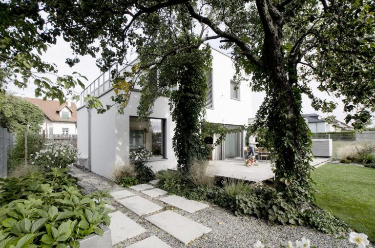 Bílý dům pro pětičlennou rodinu plný světla a zeleně