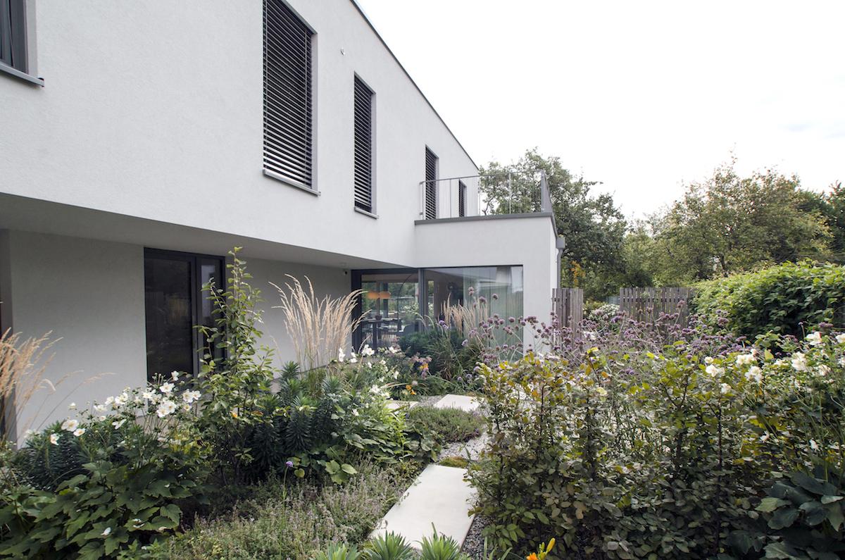 Vstupní atrium s verandou a zahradou