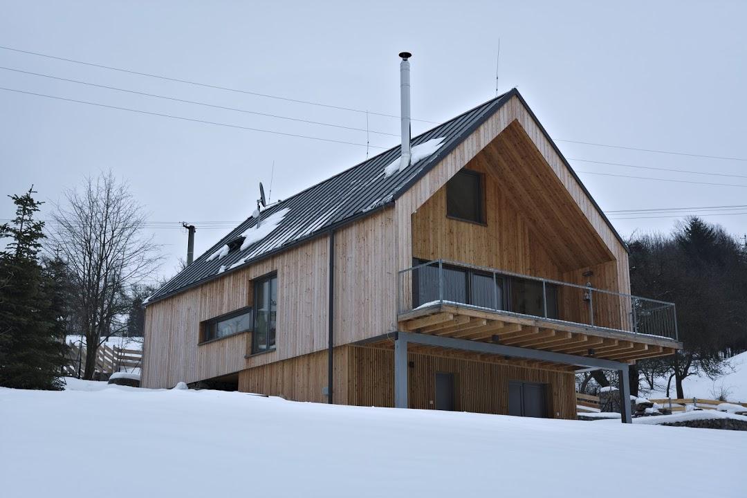 Typový dům soriginálními úpravami na malebné louce (VIDEO)