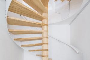 Točité dřevěné schodiště.