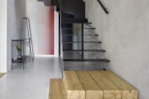 Půltunové ocelové schodiště
