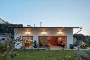 Malému domku dominuje velká terasa
