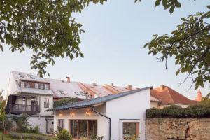 Malému domku dominuje velká terasa.