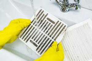Vzduchový filtr ucpaný prachem a nečistotami