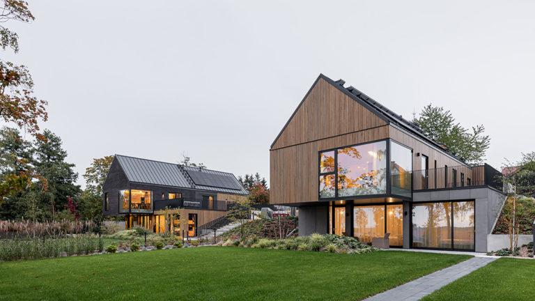 Zulice nenápadné rodinné domy vás při pohledu ze zahrady překvapí