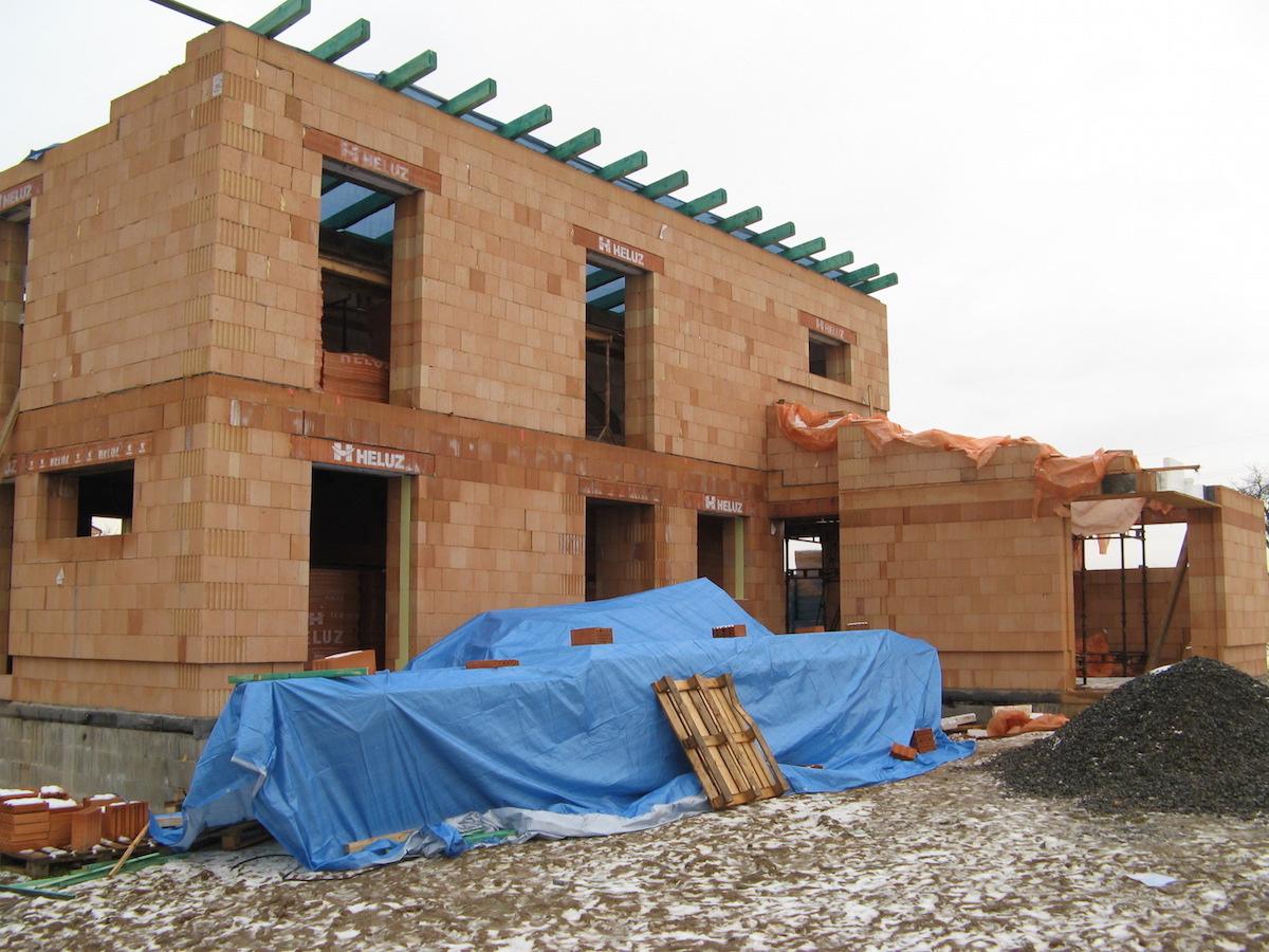 hrubá stavba zděného domu