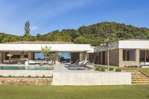 Dům se zahradou a bazénem