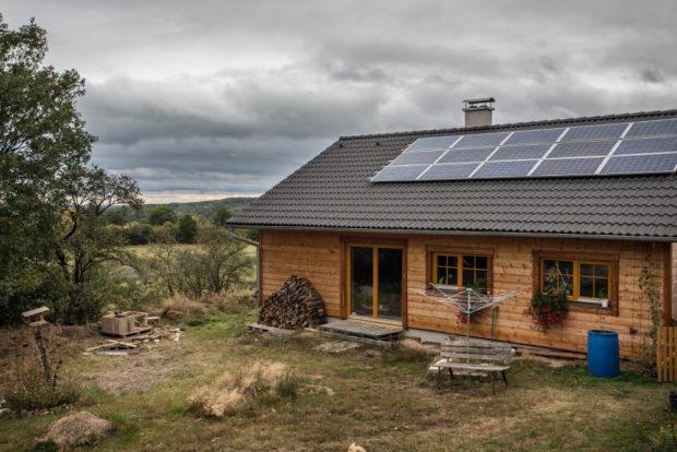 Svoboda bez hypotéky? Domek s vlastní elektrárnou, postavený svépomocí