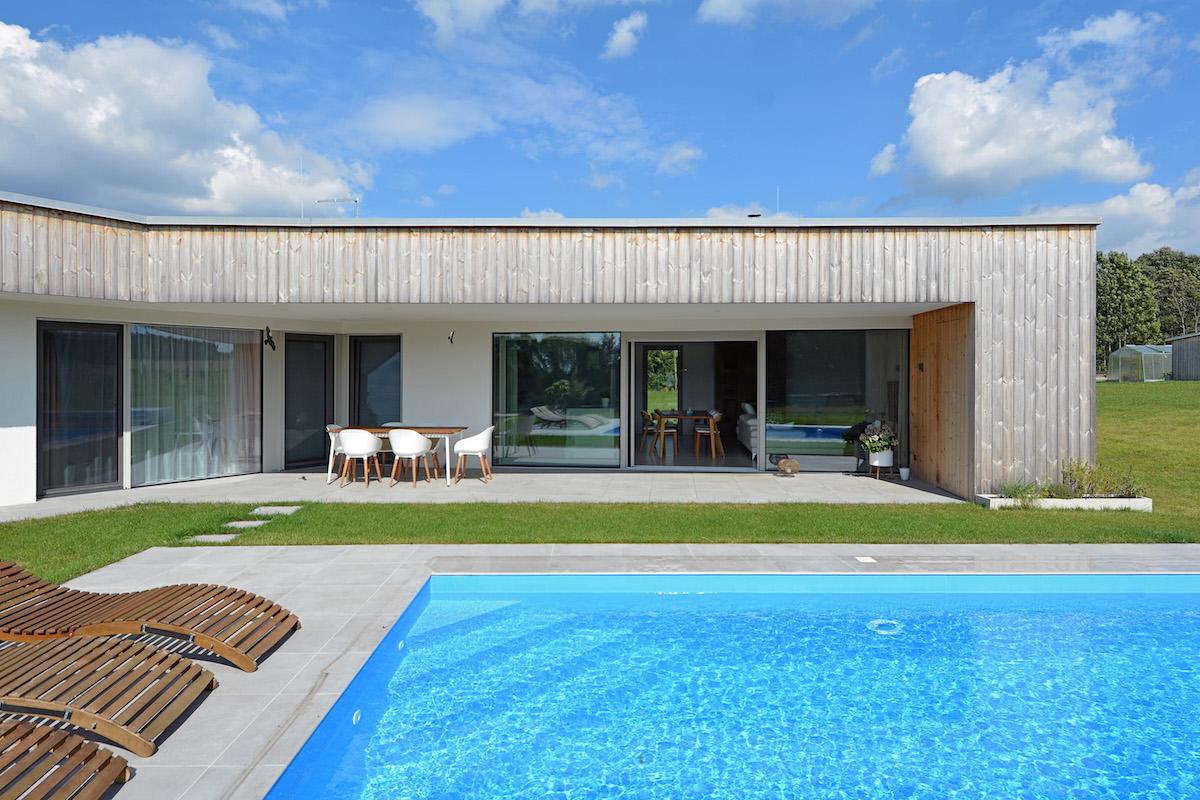 Terasa domu s posezením a bazénem