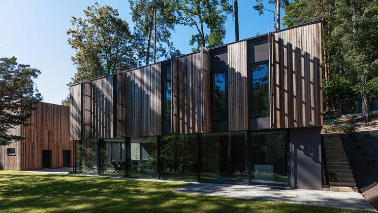 Dům v Brně jako součást lesa? Dřevěná fasáda, která se dá vyklápět