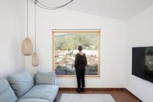 Velké okno v obývací části