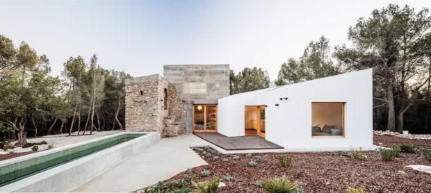 Dům vyrostl na základech kamenné ruiny, která byla národní památkou
