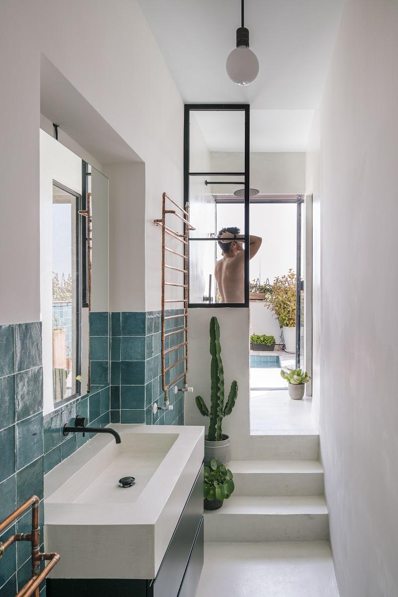 Netradiční koupelna za ložnicí