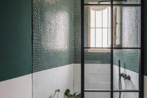 Tmavozelená koupelna