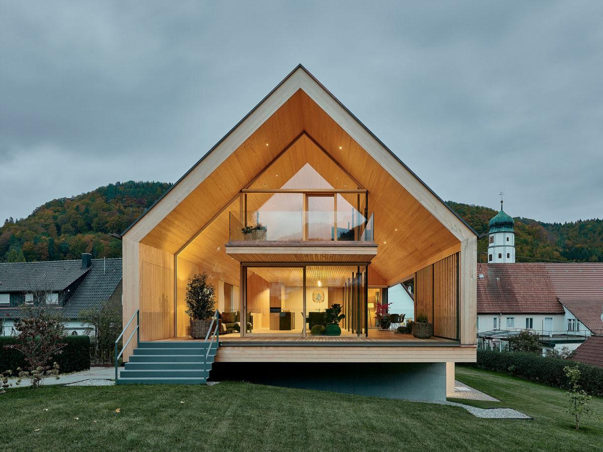 Rodinná dřevostavba z udržitelných materiálů a plná světla