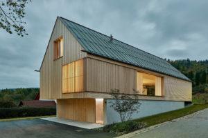 Dřevěná konstrukce na betonovém soklu