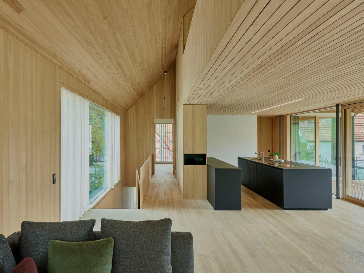 Obývací pokoj a kuchyň z černých panelů Nanotech