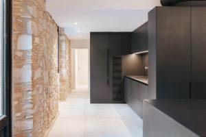 Černá kuchyň s kamennou zdí