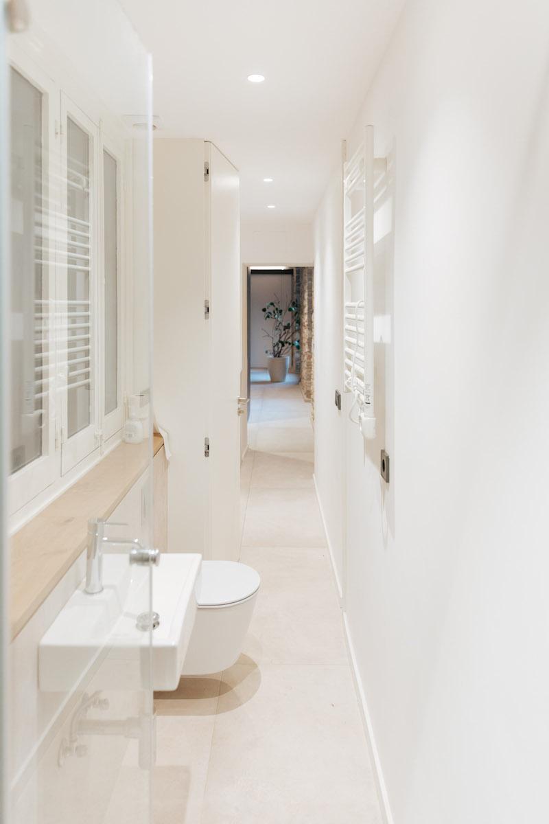 Bílá toaleta
