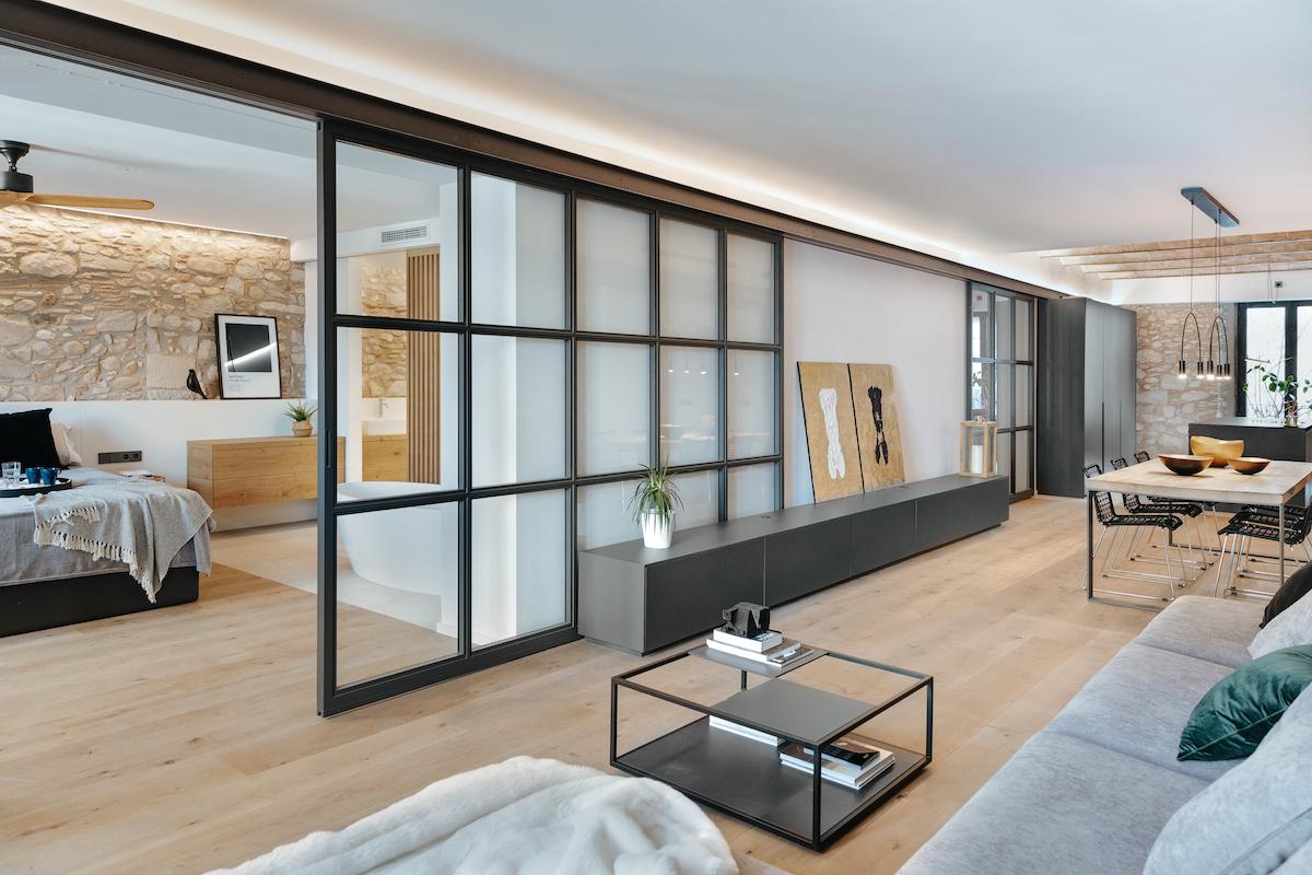 Obývací pokoj s přechodem do ložnice