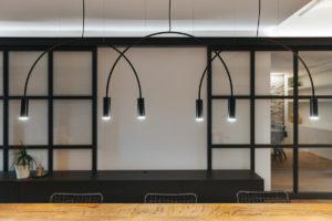 Jídelna s dizajnovými svítidlami