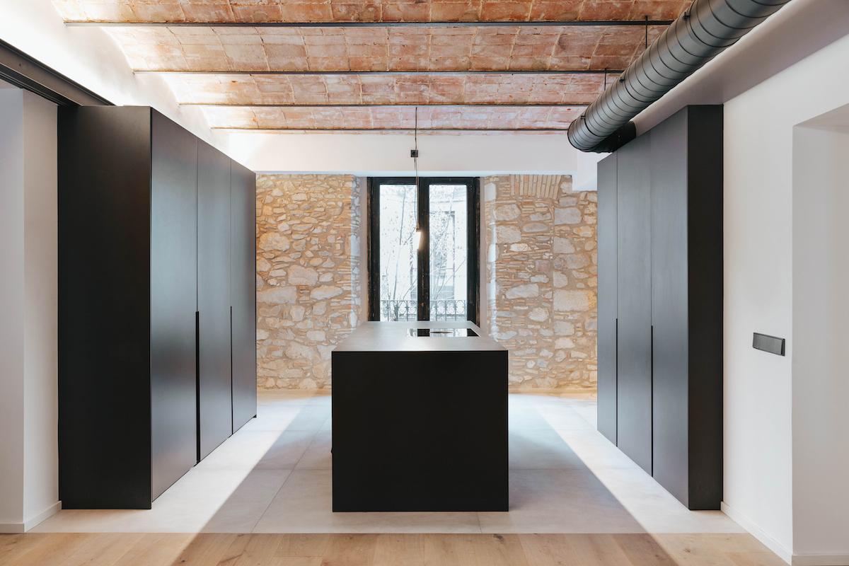 Černá kuchyň s klenutým stropem