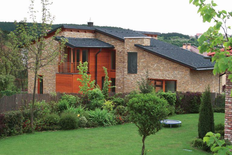 Trendem jsou střechy v metalických barvách