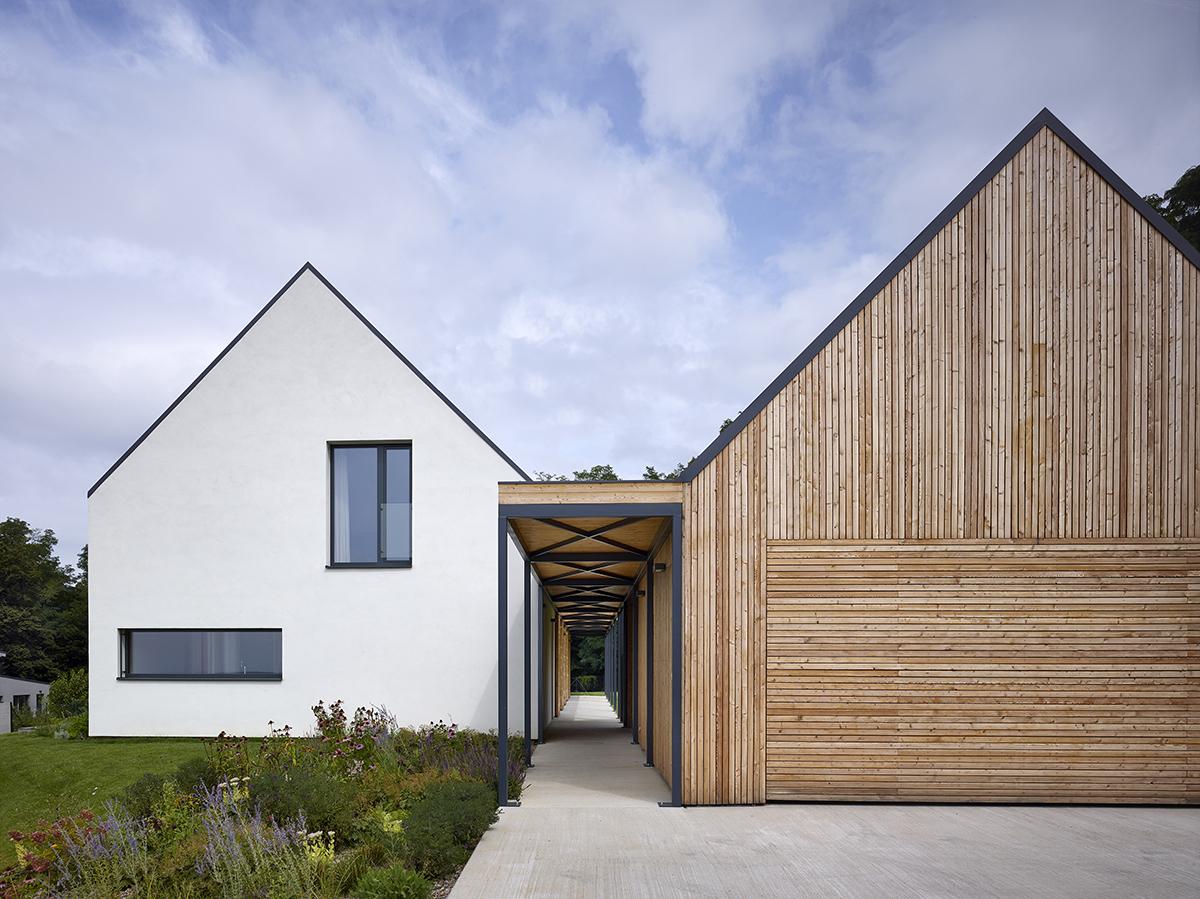 Cihlový dům a dřevostavba